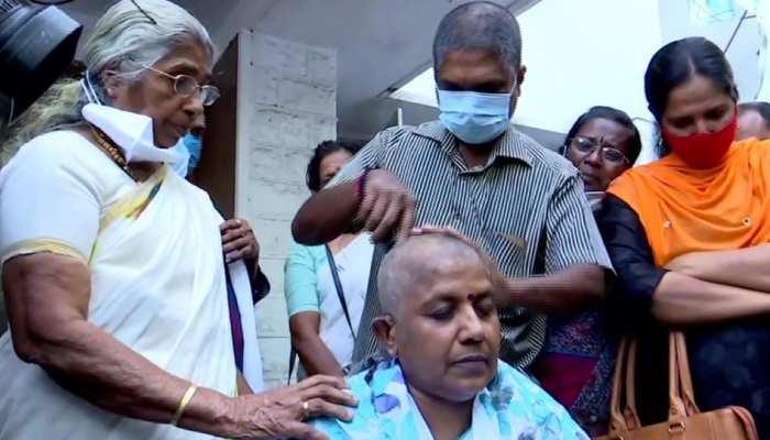 टिकट न मिलने पर नाराज कांग्रेस महिला नेता ने पार्टी दफ्तर के सामने मुंडवाया सिर