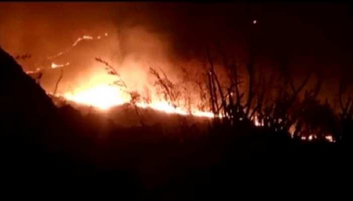 Banswara Khabar : मानगढ़ धाम पहाड़ी पर लगी भीषण आग, 4 हेक्टेयर जंगल हुआ खाक