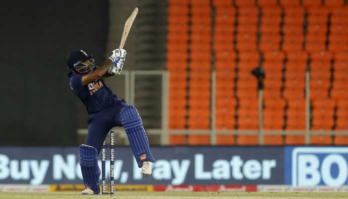 IND vs ENG: Suryakumar Yadav ने टी-20 इंटरनेशल करियर की पहली ही गेंद पर जड़ा सिक्स, फैंस ने यूं किया सलाम