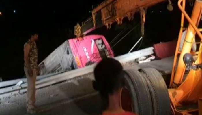 NH-27 पर बड़ा हादसा, तेज रफ्तार बस पलटी, 15 यात्री घायल