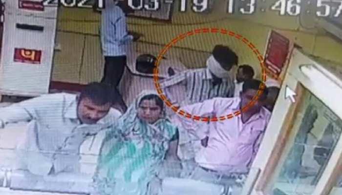 Alwar Samachar : पैसे बदलवाने बैंक गया था बुजुर्ग, लाइन में खड़ा था तभी...