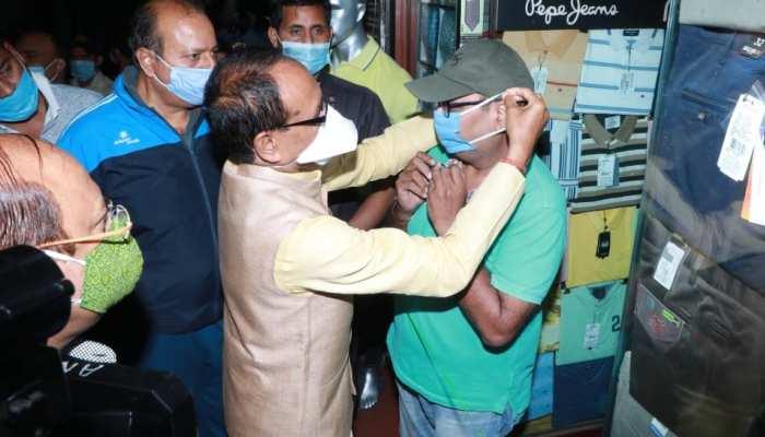 सड़कों पर जाकर CM शिवराज ने लोगों को अपने हाथों से पहनाए मास्क, हाथ जोड़कर कही ये बात