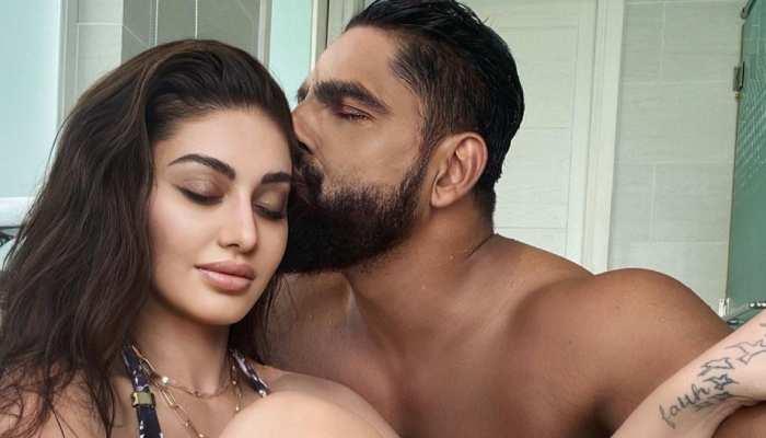पति के साथ Bathtub में नजर आईं Shefali Jariwala, शेयर की Intimate Photos