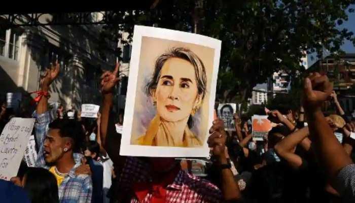 Myanmar: क्रूर सेना के खिलाफ प्रदर्शन जारी, गाड़ियों के Horn बजाकर, पोस्टर लगाकर विरोध जता रहे Protesters