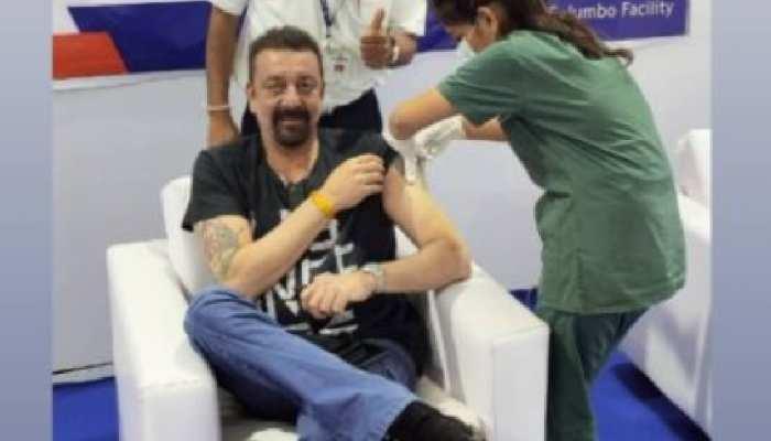 Sanjay Dutt ने पहले लिया भगवान का आशीर्वाद, फिर लगवाई कोरोना वैक्सीन