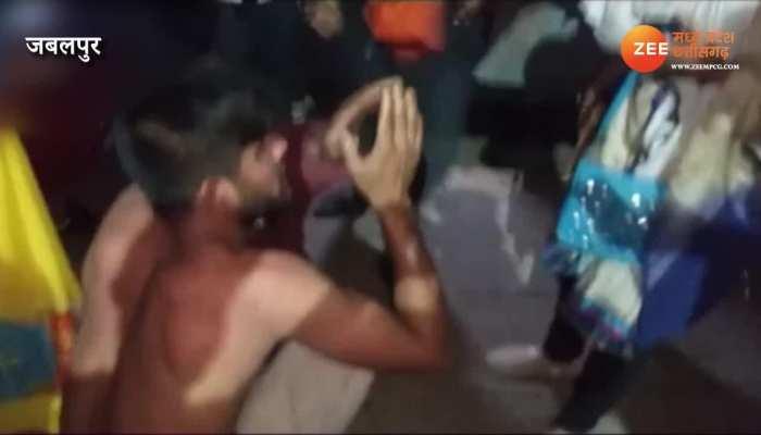 लड़की ने ट्रेन में 36 घंटे बर्दाश्त की अभद्रता, स्टेशन आया तो देखें क्या हुआ- VIDEO