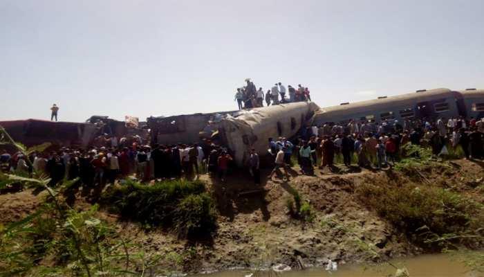 ट्रैक पर खड़ी रेलगाड़ी को पीछे से आ रही दूसरी ट्रेन ने मारी जोरदार टक्कर, 32 की मौत, देखिए VIDEO