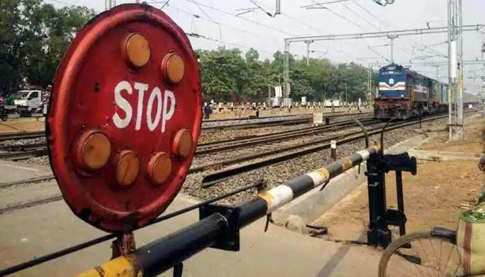 रेलवे क्रासिंग पार करते समय बड़ा हादसा, ट्रेन से कटकर मां के साथ दो बच्चों की गई जान