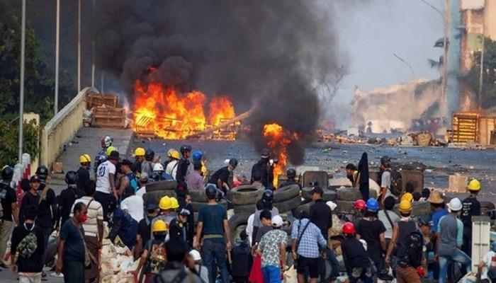 Myanmar coup: सेना की हिंसक कार्रवाई, 100 से ज़्यादा लोगों की मौत