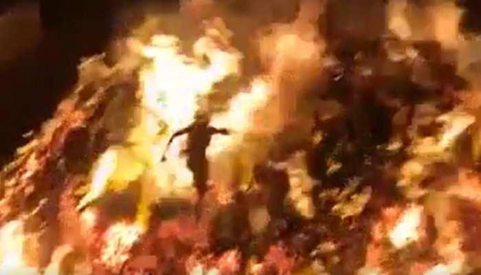 'भक्त प्रहलाद के गांव' में जलती हुई होलिका के बीच से गुजरे मोनू पंडा, जानें क्या है ये प्राचीन परंपरा