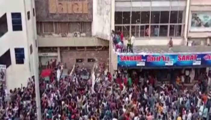 Pawan Kalyan की फिल्म के ट्रेलर लॉन्च पर बेकाबू हुई भीड़, शीशे तोड़कर थियेटर में घुसे फैंस