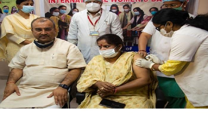Bihar: मंगल पांडेय ने लगवाया कोराना का टीका, 'दवाई भी कड़ाई भी' का दिया मंत्र