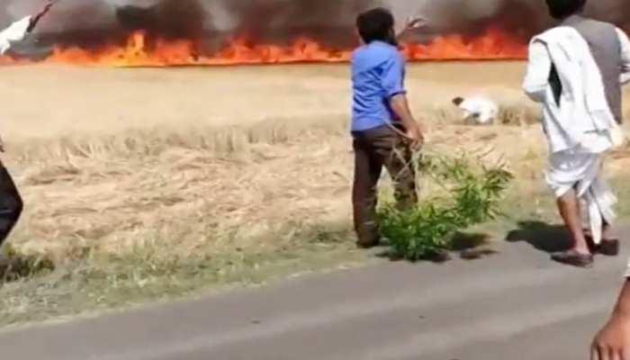 ऐसा देश है मेरा ! जुमे की नमाज में थे किसान, हिंदू भाइयों ने बुझाई उनके खेत की आग