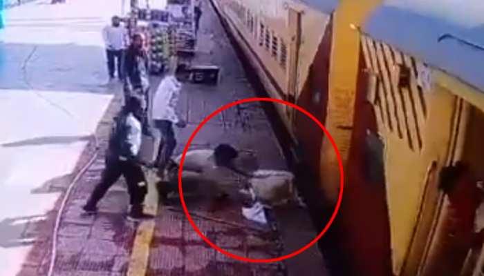 मरते-मरते बचा! ट्रेन से अचानक गिरे बुजुर्ग की सुरक्षाकर्मी ने बचाई जान; वायरल हुआ CCTV फुटेज