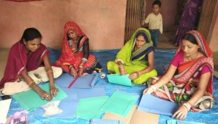 `लिफाफे` से निकल रही है आजीविका, गोरखपुर की महिलाओं ने तीन साल में खड़ा किया नारी-शक्ति का अनूठा उदाहरण