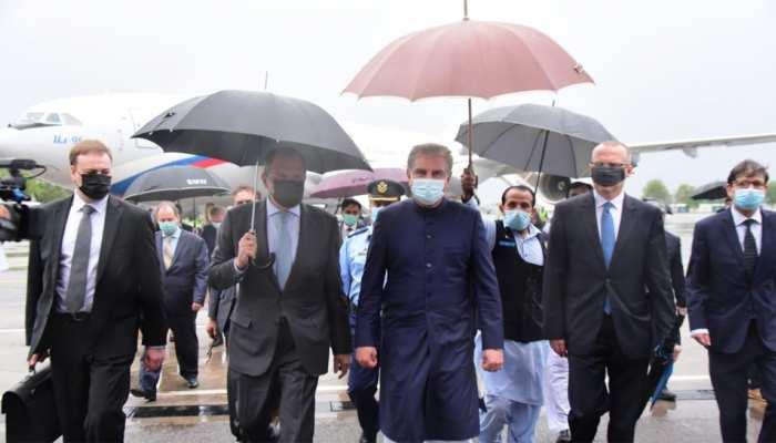 रूसी विदेश मंत्री Sergey Lavrov का स्वागत करने पहुंचे Qureshi की हो रही खिंचाई, शाही अंदाज बना वजह