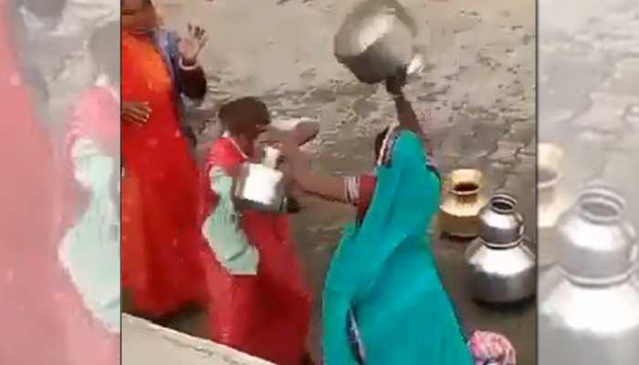 पानी के चक्कर में औरतों ने एक-दूसरे को गगरी से पीटा, फिर बाल पकड़कर घसीटा- देखें Viral Video