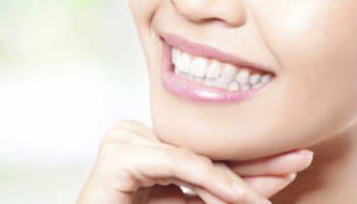 आपके दांतों को मोतियों की तरह सफेद बनाने में मददगार साबित होंगे ये कुदरती नुस्खे