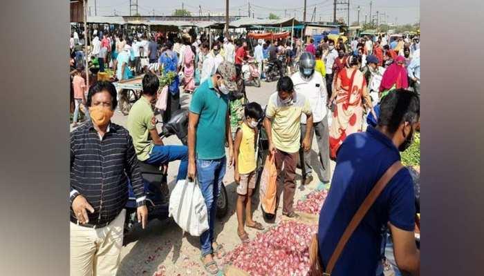 लॉकडाउन से पहले बाजार और मंडियों में उमड़ी लोगों की भीड़, इन चीजों के बढ़े दाम
