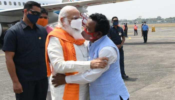 West Bengal Assembly Elections 2021: प्लेन से उतरते ही इस शख्स के गले मिले PM मोदी, जानें कौन हैं Karimul Haque