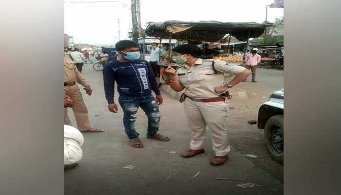 लॉकडाउन में बिना मास्क के निकला युवक, पुलिस ने पहले मास्क पहनवाया, फिर दी यह सजा, VIDEO हुआ वायरल