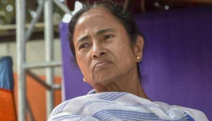कूचबिहार हिंसा: ममता बनर्जी को झटका, चुनाव आयोग ने 72 घंटों तक किसी नेता के जिले में घुसने पर लगाई रोक
