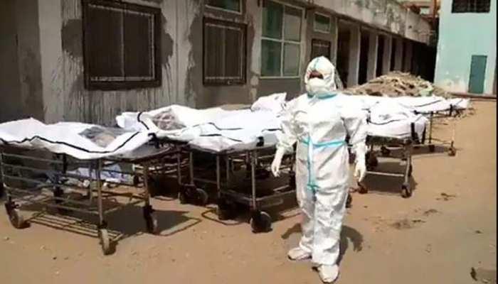 Coronavirus: छत्तीसगढ़ से सामने आया खौफनाक VIDEO,  सरकारी अस्पताल में लाश रखने लिए नहीं बची जगह