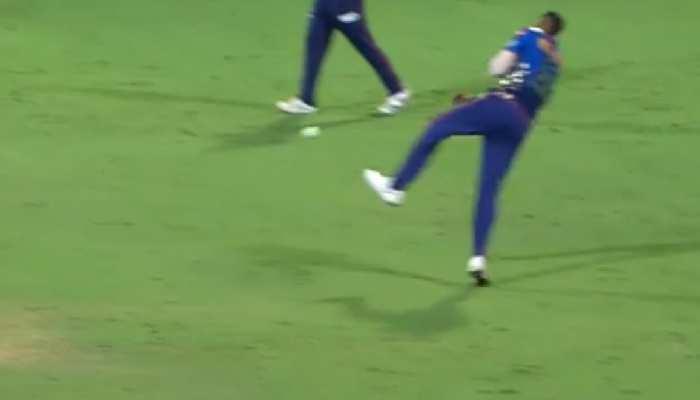 IPL 2021: देखिए Hardik Pandya के 'रॉकेट थ्रो' ने कैसे किया David Warner की पारी का अंत
