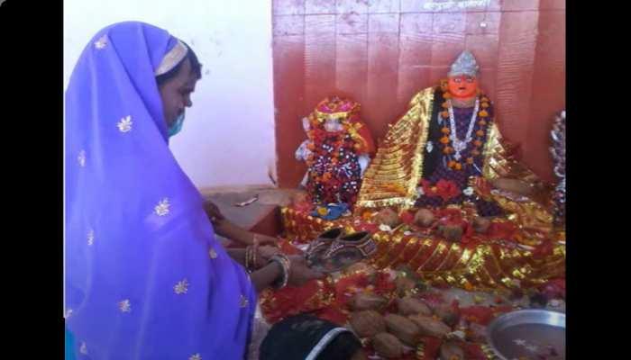 Unique Mata Temple: इस मंदिर में देवी को चढ़ाई जाती है चप्पल और सैंडल, इसके पीछे की वजह कर देगी हैरान
