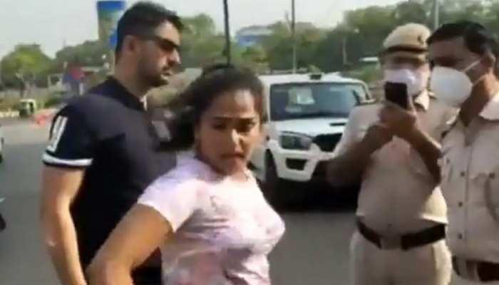 Delhi: कार में बिना मास्क लगाए घूम रहा था कपल, पुलिस ने जब रोका तो देने लगे धमकी
