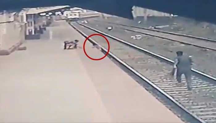 सामने से आ रही थी ट्रेन, अचानक लाइन पर जा गिरा बच्चा, देखिए रोगंटे खड़े कर देने वाला VIDEO