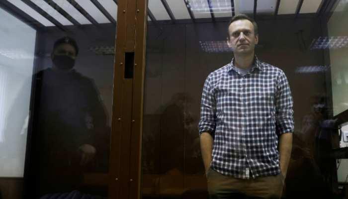 रूस: पुतिन के धुर विरोधी नेता Alexei Navalny की हालत गंभीर, जेल से अस्पताल शिफ्ट