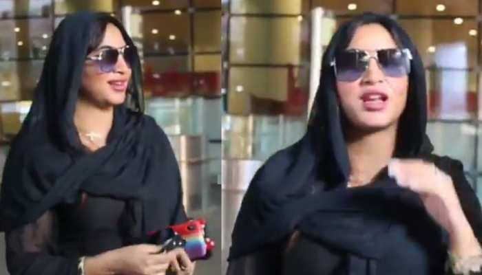 Arshi Khan एयरपोर्ट पर कर रहीं थी बात, अचानक KISS कर गया फैन- Watch VIDEO