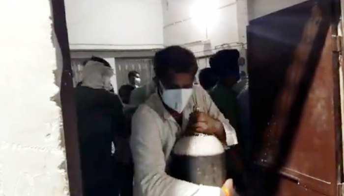सांसों पर कब्जे की जंग! अस्पताल में पहुंची ऑक्सीजन, परिजनों ने लूट लिए सिलेंडर