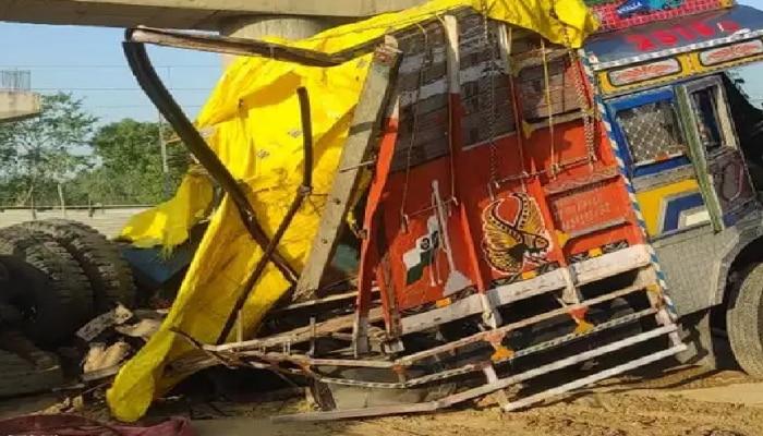 Shahjahanpur: रेलवे क्रासिंग पर ट्रेन की टक्कर से उड़े ट्रक और बाइक के परखच्चे, पांच लोगों की मौत