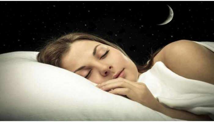 Sleeping Tips: कोरोना काल में डरावने सपने आ रहे हैं तो अपनाएं ये टिप्स, जरूर मिलेगा फायदा