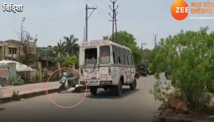 बड़ी लापरवाही: शव वाहन से बीच सड़क पर गिरी कोरोना मरीज की लाश, वीडियो हो गया वायरल