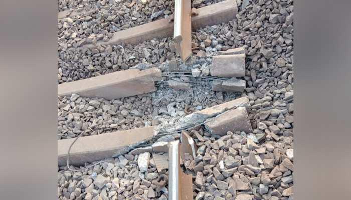 ऑपरेशन ख़ात्मा से बौखलाए नक्सली, धमाके से उड़ाया रेलवे ट्रैक, ठप्प हुई ट्रेन की आवाजाही