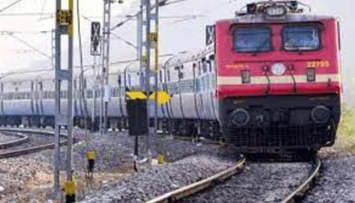 यात्रीगढ़ कृप्या ध्यान देंः कोरोना कहर के बीच रेलवे ने रद्द की यह 8 ट्रेनें, यहां देखें लिस्ट