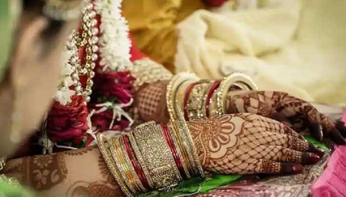 नई नवेली दुल्हन को घर में 'नो एंट्री'! शादी के बाद धरने पर बैठा नवविवाहित जोड़ा