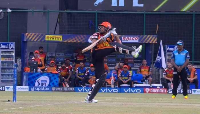 IPL 2021 SRH vs RR: Manish Pandey ने एक पैर उठाकर मारा चौका, हंसी रोक नहीं पाए गेंदबाज Kartik Tyagi
