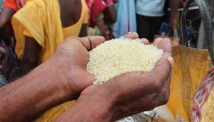 गरीबों को तीन माह का राशन मुफ्तः MP के इस जिले में लाभार्थी घर ले जा रहे शकर, नमक और अनाज
