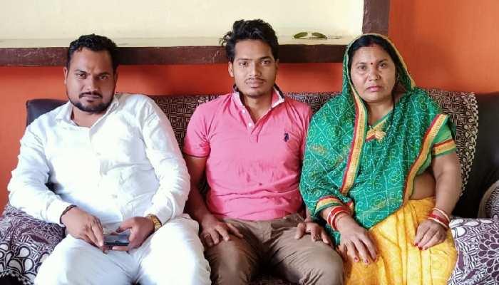 UP पंचायत चुनाव: मां को हराकर बेटा बना पंचायत सदस्य, बोला- असल जीत तो मां की ही है