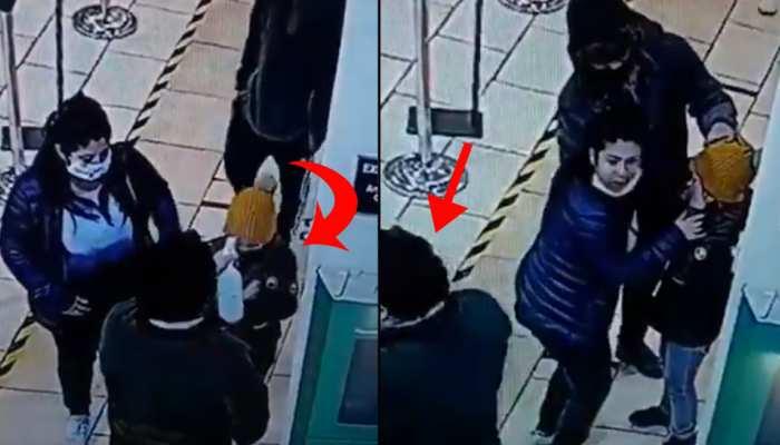 बच्ची के आंख में डाल दिया सैनेटाइजर, फिर बेवकूफ बनाकर भागा गार्ड- देखें Video