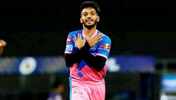 कोरोना पीड़ित पिता के इलाज के लिए IPL की पूरी कमाई लगा देगा ये गेंदबाज, Dhoni को कर चुका है आउट