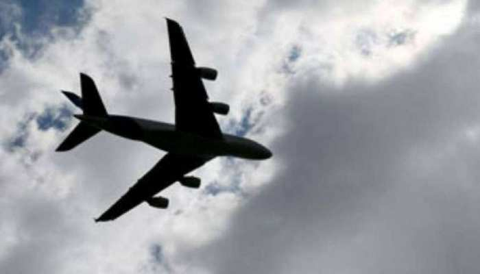 कोरोना संक्रमण के चलते विमान यात्रियों की संख्या हुई आधी, 10 विमान रद्द