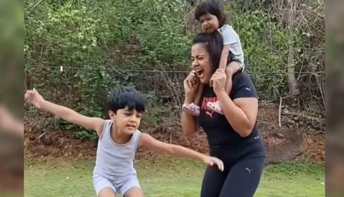 Sameera Reddy ने कोविड पर पाई जीत, अब बच्चों संग कर रहीं मस्ती- VIDEO