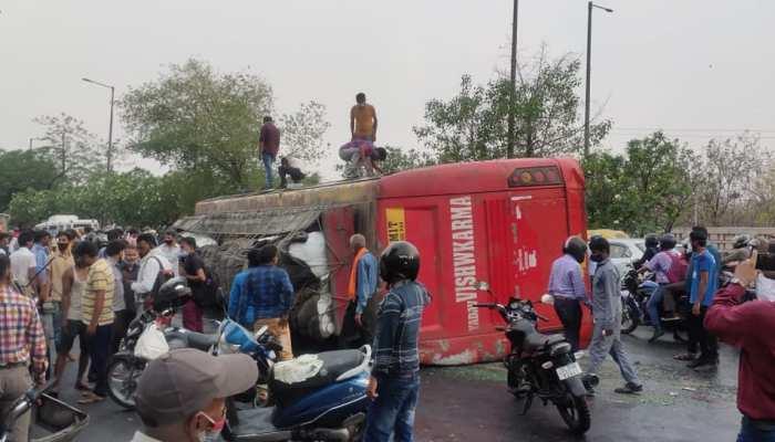 Accident: बारिश से Noida में पलट गई स्लीपर कोच बस, सड़क पर मची चीख-पुकार