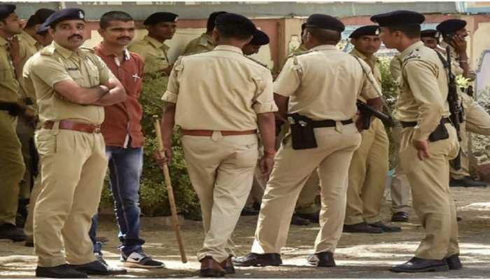 नियमों पर भारी 'अंधविश्वास': कोरोना के खात्मे के लिए हो रहा था पूजा-पाठ, रोका तो भीड़ ने पुलिस पर कर दिया हमला