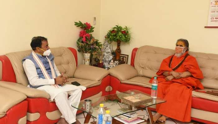 डिप्टी CM केशव प्रसाद मौर्य ने अखाड़ा परिषद अध्यक्ष महंत नरेंद्र गिरि से की मुलाकात, जाना स्वास्थ्य का हाल